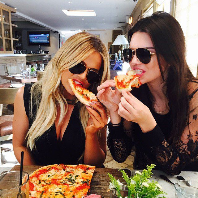 Pin for Later: This Week's Cutest Celebrity Candids Khloé Kardashian Khloé Kardashian and Kendall Jenner shared a pizza together.