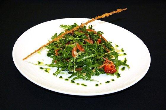 Салат с блинчиком и слабосоленым лососем