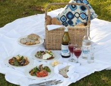 For those wishing to picnic in the Cape winelands, the estate offers appetising picnic baskets from Fyndraai restaurant for R135 per person with delicious vegetarian options. Contents typically include basil pesto marinated farm vegetables with chive crème fraiche; bacon and onion potato slaai with vinaigrette; smoked Franschhoek trout with caper berries and fresh cream, and chicken tandoori with cucumber and honey mustard yoghurt.