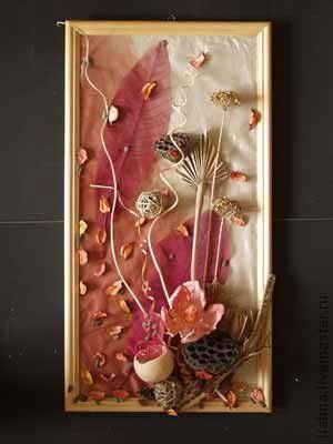 На ткани, окрашенной в стиле батик горячий, разложены и приклеены  природные элементы  (лотос, лист пальмы, шарики из лозы, спирали из лозы,цветы дикого лука, оскелеченные и крашенные листья, тыквочка