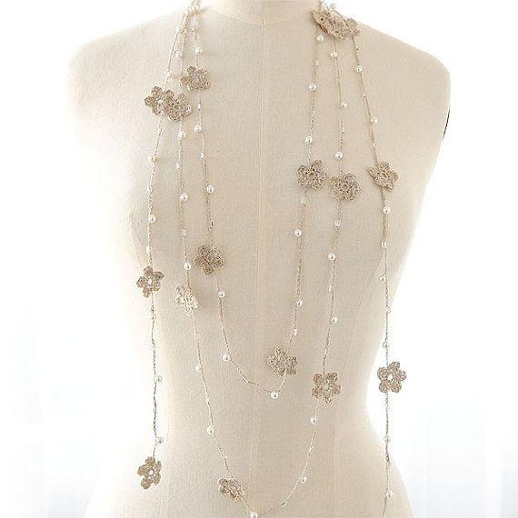 Delicato lariat uncinetto fatta di puro filo di lino naturale grigio in rilievo con perle di vetro e vetro 6mm perle.Utilizzare come una sciarpa