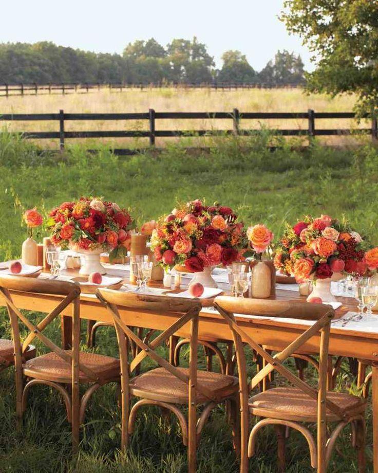 décoration florale pour table de mariage en automne - des bouquets opulents de roses et pivoines en rouge et orange