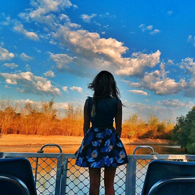 Ricordi di viaggio. Abbiamo vissuto la crociera del Kakadu National Park, nella parte paludosa della Yellow Water, due volte: al tramonto e all'alba. La mia preferita, senza ombra di dubbio: i colori del tramonto. #ntaustralia #seeaustralia #Nx30 #globelletravels wearing @rumjungle @ausoutbacknt @samsungcamera #topendnt