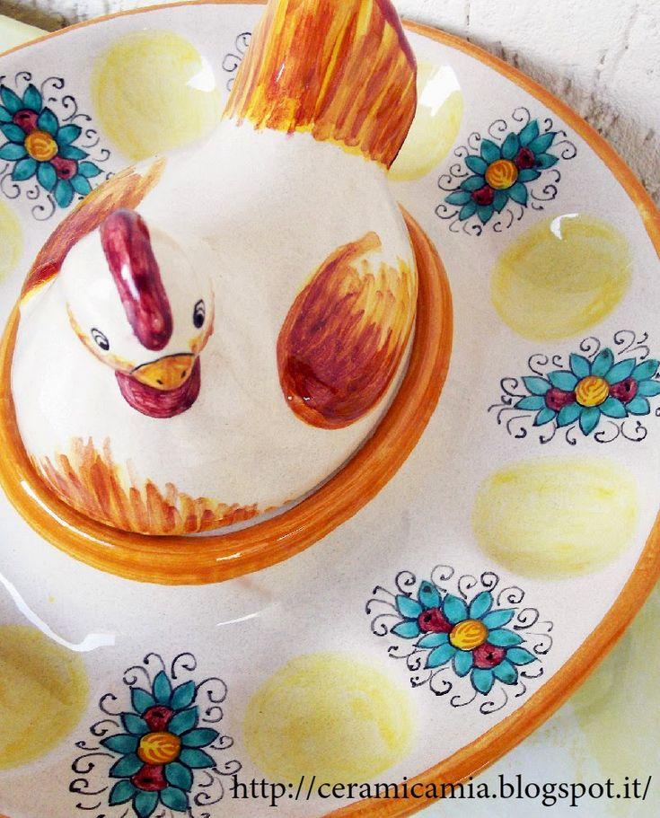 Plate for eggs with hen in #ceramic , #Handpainted #Italy Gallina cova #uova  per Pasqua http://ceramicamia.blogspot.it/2014/04/gallina-cova-uova-di-ceramica-dipinta.html