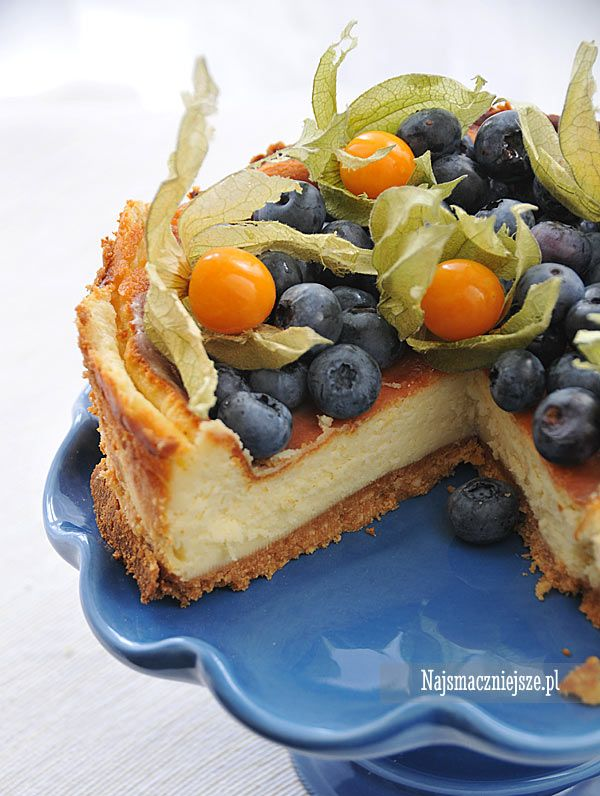 Przepis na najsmaczniejszy sernik z mascarpone. Ciasto łączy w sobie lekko słony spód, delikatną masę serową i dużo słodkich owoców.
