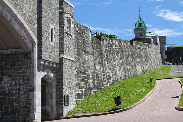 File:Un mur des fortifications de Québec et la porte Saint-Jean à place D'Youville, Québec.jpg