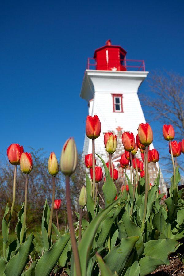 Farol de Victoria-by-the-Sea, na Ilha do Príncipe Eduardo, província de mesmo nome, Canadá. O porto de  Victoria-by-the-Sea era um dos mais movimentados da ilha, e o único com estrutura de iluminação com duas lanternas de alcances diferentes, o Farol Leard's Front Range e o Farol Palmer's Back Range. Construído em 1879, hoje nele funciona o Museu de Victoria-by-the-Sea, inaugurado em 1990.  Fotografia: John Morris no 500px.