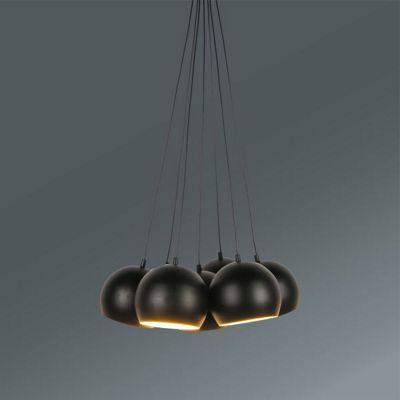Ein stylischer Hingucker für jeden Wohnraum ist diese tolle Hängeleuchte aus Metall in Schwarz. Die ca. 45 x 45 x 113 cm (L x B x H) große Hängeleuchte aus Eisen mit matter Oberfläche besticht durch die 7 kugelförmigen Leuchtenschirme, die im Handumdrehen für eine gemütliche und stimmungsvolle Beleuchtung sorgen. Sie können die Leuchte nach Ihren Bedürfnissen in der Höhe verstellen. Die Hängeleuchte ist für 7 Leuchtmittel E14 (EEZ-Klasse A++ bis E) mit einer Leistung von max. je 40 Watt…