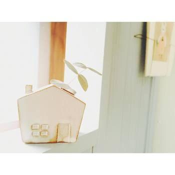 家の形の一輪挿しは、外で摘んできた草花をちょこんと飾るのにぴったり。窓辺に置いておきたくなるデザインです。