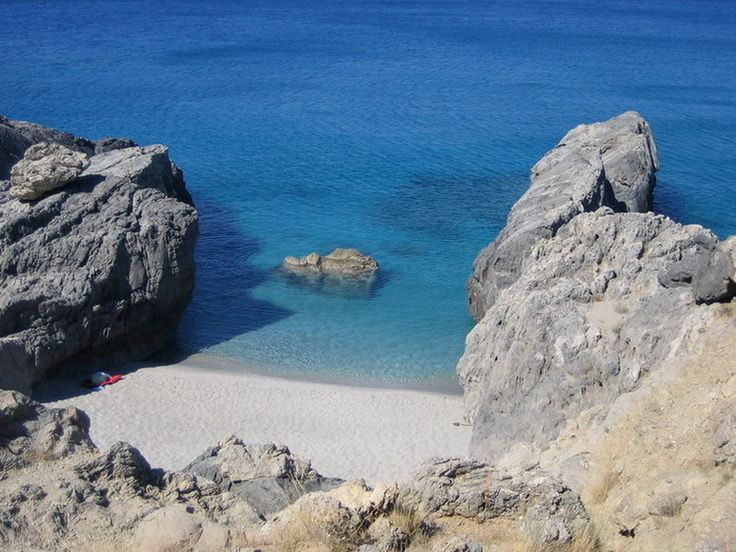 The small but superb beach of Ammoudi!