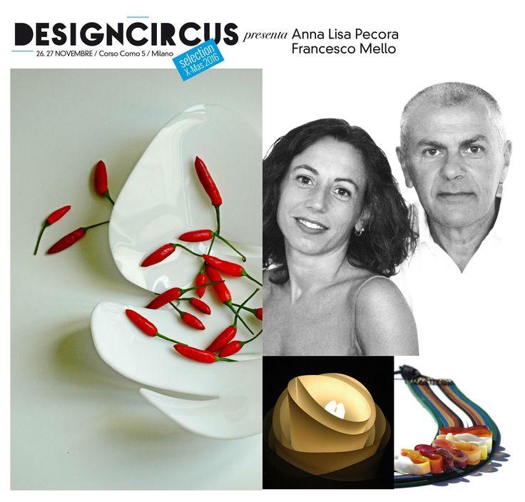 DESIGNCIRCUS presenta ANNA LISA PECORA & FRANCESCO MELLO Anna Lisa Pecora e Francesco Mello sono, in arte, Pecoramello. Un brand che fonde competenze artistico-architettoniche a tecnico-ingegneristiche, per un nuovo concetto di design. A DesignCircus, il 26 e il 27 novembre, in corso Como 5, potrete trovare i loro gioielli in resina lavorata a mano, ma anche la lampada Sfogliata e inediti oggetti per la tavola. PECORAMELLOarte&design