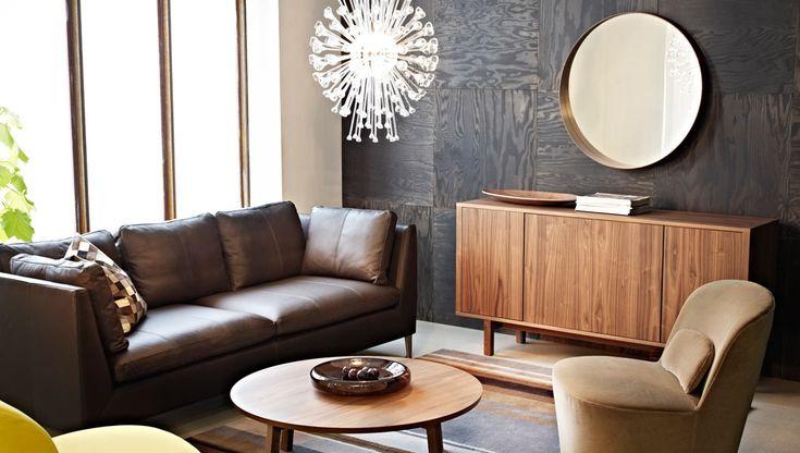 IKEA vardagsrum med lädersoffa och soffbord i valnötsfaner. New Stockholm line.