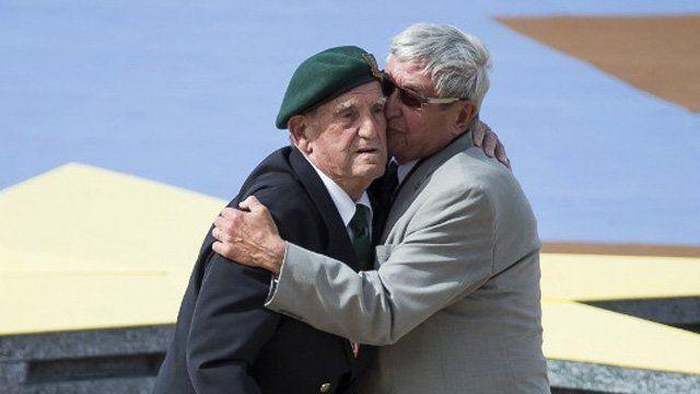Léon Gautier a débarqué avec ses frères d'armes du commando Kieffer le 6 juin 44 en Normandie. Son accolade avec l'allemand Johannes Börner est l'image la plus forte qui restera de la cérémonie internationale de Ouistreham.