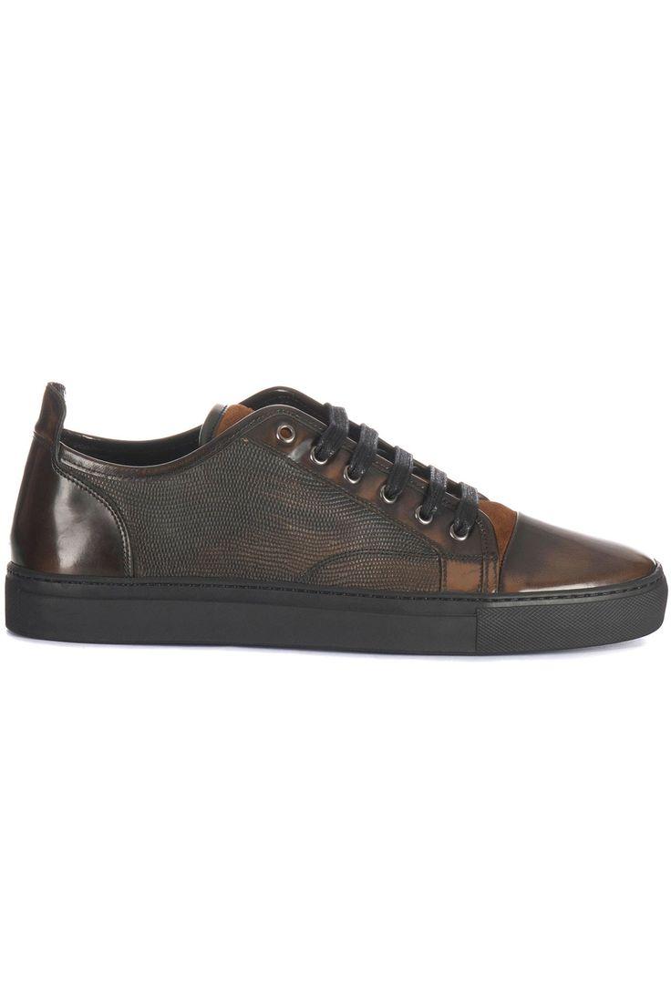 Zeer fraai afgewerkte bruine schoen van Massimo Villa. In de schoen zijn verschillende soorten leer gebruikt. Het lakleer is hand geverfd in combinatie met een reptiel print aan de zijkant en de suède lip, maakt van deze sneaker een bijzonder item. De zwarte zool is van rubber. De binnenkant is gevoerd met soepel leer. Op de lip staat het logo van Massimo Villa