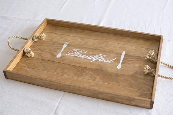 Hace tiempo que buscaba una bandeja de desayuno  que tuviera el tamaño perfecto, que fuera ligera pero espaciosa, de madera natural y con a...