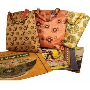 Tas - van gerecyclede textiel rijstzakken Een unieke vintage tas, sterk en opvallend modern. Gemaakt van gerecyclede rijstzakken met een katoenen kant en een pvc gerecyclede coating aan de binnenkant. Tas is zowel met de katoenen als met de pvc kant buiten te gebruiken.