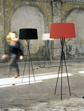 The light of the Trípode creates a warm atmosphere, livening up monochromatic spaces. Three crossed [...]