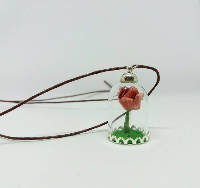"""Collana con piccolissima rosa color pesca origami in carta ispirata a """" la bella e la bestia"""" con cordino cerato regolabile. di diCartaediFilo su Etsy"""