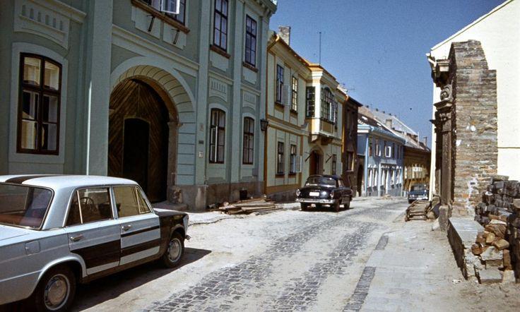Megyeház utca, balra a 8. sz. a Posgay-ház.