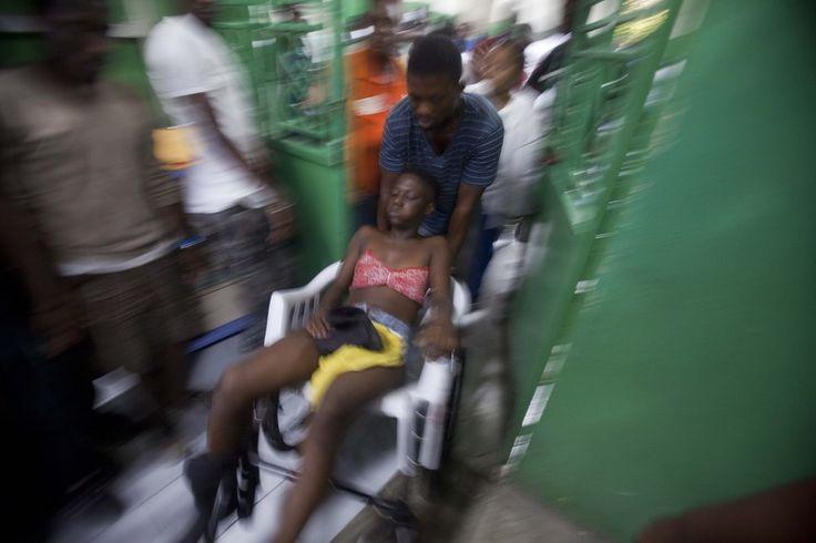 Feridos são atendidos em hospital de Porto Príncipe, no Haiti, após um acidente com um carro alegórico que atingiu um cabo de alta tensão. Ao menos 18 pessoas morreram (Foto: AP Photo/Dieu Nalio Chery) - http://epoca.globo.com/tempo/filtro/fotos/2015/02/fotos-do-dia-17-de-fevereiro-de-2015.html