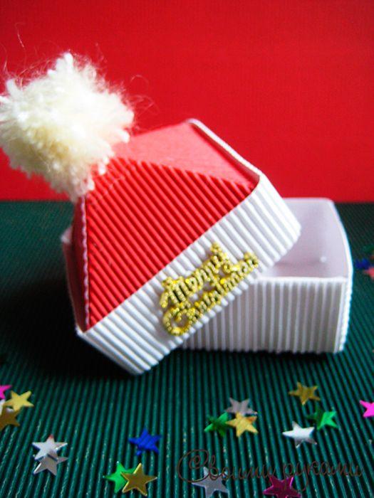 Не знаете как красочно оформить новогоднюю коробочку для подарков? Хотели бы попробовать сделать новогоднюю упаковка для подарков своими руками? Подробная инструкция как сделать новогодние коробки для конфет и подарков.