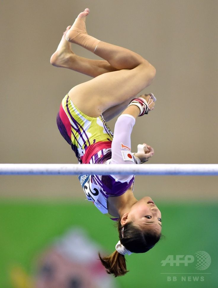 Japan's Asuka Teramoto performs on the uneven bars during the women's all-around final at the Gymnastics World Championships in Nanning on October 10, 2014.(c)AFP/KAZUHIRO NOGI ▼13Oct2014AFP|【写真特集】カメラがとらえた世界体操のワンシーン http://www.afpbb.com/articles/-/3028472