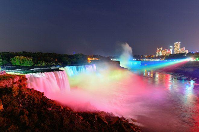 【カナダ・ナイアガラフォールズ】カラフルで幻想的な滝が見れる「ウィンターフェスティバル・オブ・ライト」。