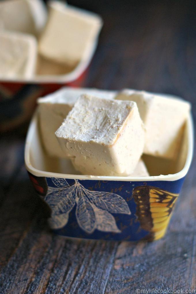 Queste punture di formaggio crema di burro di arachidi sono il piccolo regalo perfetto per chi è a dieta low carb o anche se non lo sei.  Ognuno ha carboidrati netti solo 1.1g.