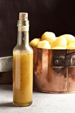 ligte mosterd slaaisous  125 ml wit balsemasyn  75 ml heuning  75 ml olyfolie  15 ml korrelmosterd  2 ml sout  Voeg al die bestanddele saam in 'n bottel en skud goed. As jy dit vir 'n aartappelslaai wil gebruik, kook die aartappels sonder skil tot sag. Dreineer die aartappels en gooi die slaaisous oor terwyl hulle nog warm is. Geur met sout en vars gemaalde swartpeper en laat afkoel.