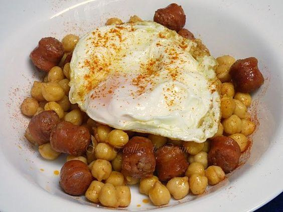 Un plato sencillísimo y, lo mejor, buenísimo: garbanzos con chistorra y huevo frito