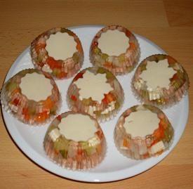 Připravíme si želatinu dle návodu, do formiček na muffin (já používám silikonové) nalijeme na dno tr...