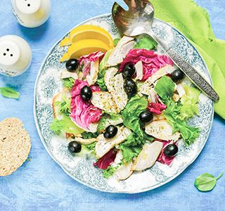 Deze salade met gerookte kip, olijven en zelfgemaakte dressing is lekker, zeer koolhydraatarm en ook nog eens heel makkelijk en snel te maken.