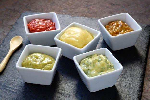 La mayonesa casera es una auténtica delicias que además podemos utilizar en varias recetas. ¿Sabías que podemos preparar versiones diferentes para darle un toque de lo más original?
