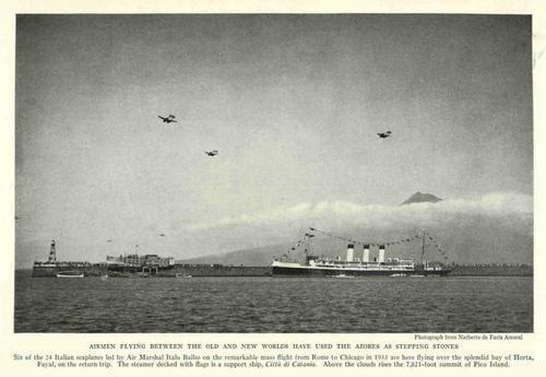 """1935, Baía da Horta, ilha do Faial   Hidroaviões Italianos no canal com destino a Chicago EUA - no mar, o navio de suporte """"Città de Catania"""""""