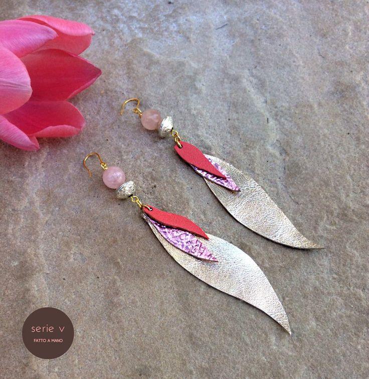 orecchini pendenti a piuma in pelle dorata e rosa pesca e quarzo di seriev su Etsy