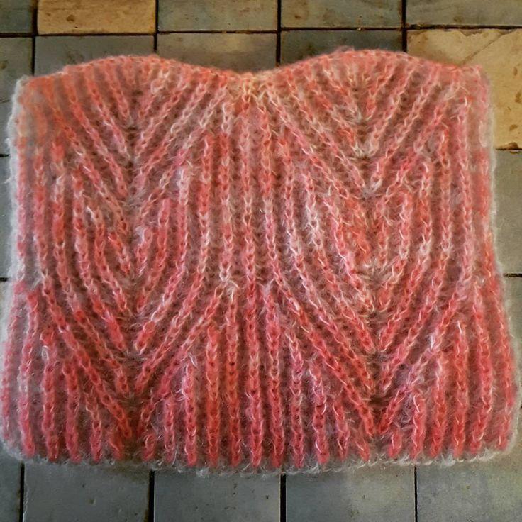 Tofarvet patentstrik i håndfarvet mohair.  #handdyedbycharlottespagner #handdyed #handdyedyarn #knitting #indiedyer #håndfarvetgarn #knitdesign #twocolourbrioche #tofarvepatentstrik # garnudsalg.dk