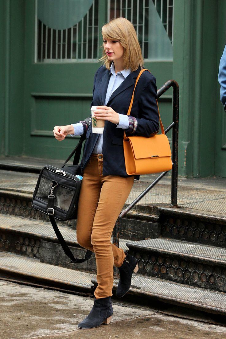 Taylor Swift: pantalones mostaza a juego con el bolso, camisa azul y americana. Foto: © Getty Images, Cordon Press, GtresOnline