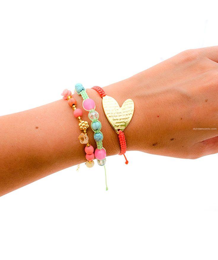 Corazón - Trio de pulseras graduables, tejido Macramé verde menta y coral, pepas en vidrio y fósil, rosas en resina y zamak, mostacillas doradas y corazón dorado en zamack. $24.000 COP. Cómpralo aquí--> https://www.dekosas.com/productos/dulce-encanto-accesorios-para-mujer-corazon-con-tejido-macrame-detalle