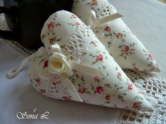 Dekorační+srdíčko+~+květinové+s+krajkou+....s+láskou+vyráběné,+s+láskou+dotýkané+Dekorační+srdíčkoje+ušité+z+bavlněnédovozovélátky+a+naplněné+dutým+vláknem+s+trochou+sušené+levandule.Moc+hezká+dekorace+nebo+jako+milý+originální+dárek+či+jehelníček.+V+podobném+designu+zde+u+mne+najdete+idalšísrdíčka.+Velikost+cca+10+cm+++háčkované+poutko+...