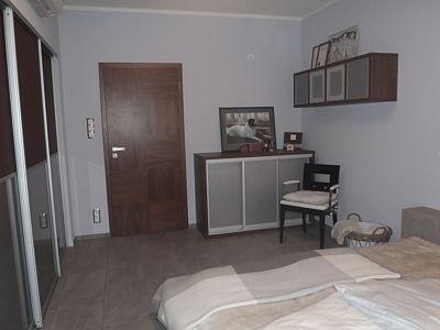 Vestavné skříně ve všech místnostech jsou vyrobeny míru, stejně jako komody a televizní stěna.