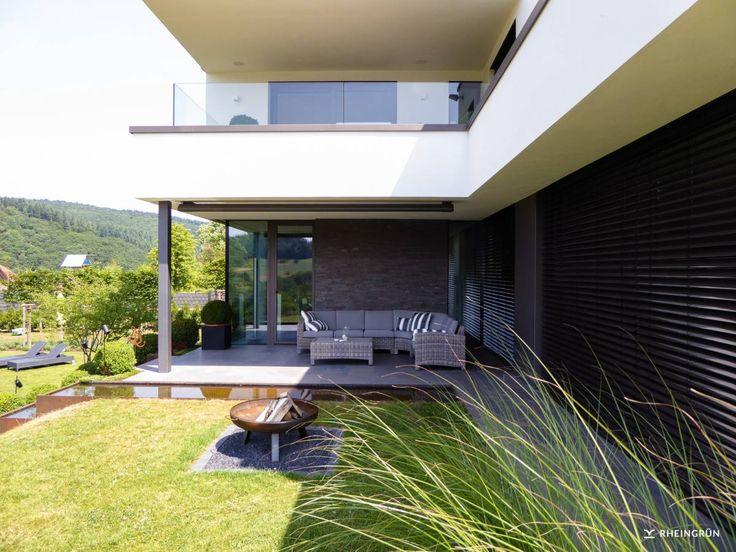 Minimalistische Gartengestaltung Am Hang Mit Wasserbecken Aus Cortenstahl  Und Feuerstelle