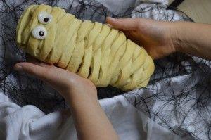 Mumie aus Hefeteig mit Nussfüllung