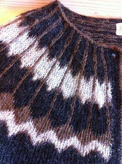 Jeg fandt denne blog Halla Ben med en fin gennemgang af forskellen på færøske og islandske mønstre. Må indrømme at jeg heller ikke selv har været helt skarp på dette altid, men synes det er skønt, når