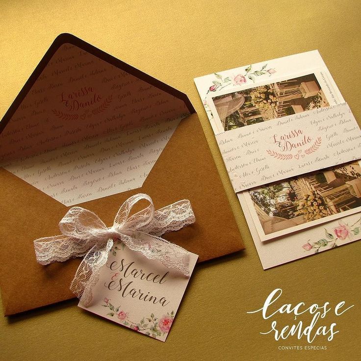 A @lacoserendasconvites fez um convite especial para os padrinhos da Larissa e do Danilo.  O modelo tinha uma padronagem na cinta em papel semente e forro com o nome dos padrinhos enlaçando um cartão postal com os dados da cerimônia. Pede o seu assim também.  Contato  whatsapp (47) 9995-3559 contato@lacoserendasconvites.com ou no instagram @lacoserendasconvites Eles entregam em todo Brasil!  #lacoserendasconvites #wedding #casamento #renda #laçochanel #feitoamao #casareumbarato…