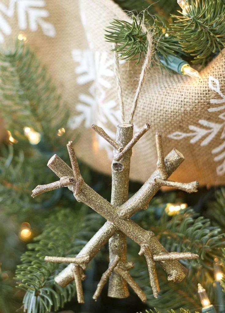 Schneeflocke aus Stäbchen Naturholz basteln und in Gold besprühen