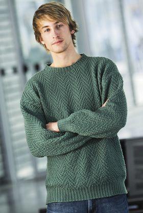 Mænd i mange størrelser vil se godt ud i denne skønne sweater. Garnet er en behagelig blanding af bomuld og uld