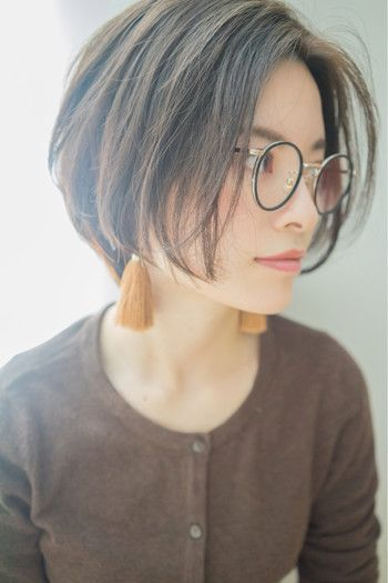 オデコを出す知的なワンレンショートスタイルは、眼鏡とも相性抜群。きちんと感があるのでオフィスヘアとしても◎