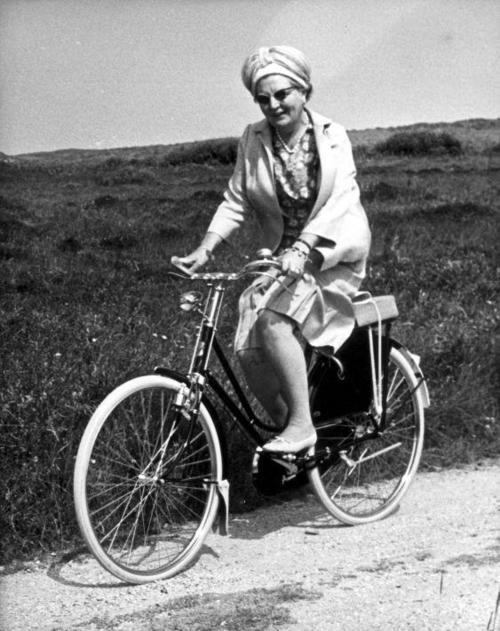 Koningin Juliana brengt met prins Bernhard op 11 juli 1967 een bezoek aan Terschelling. Van deze gelegenheid maakt zij gebruik om in het natuurreservaat De Bosplaat een fietstochtje te maken.