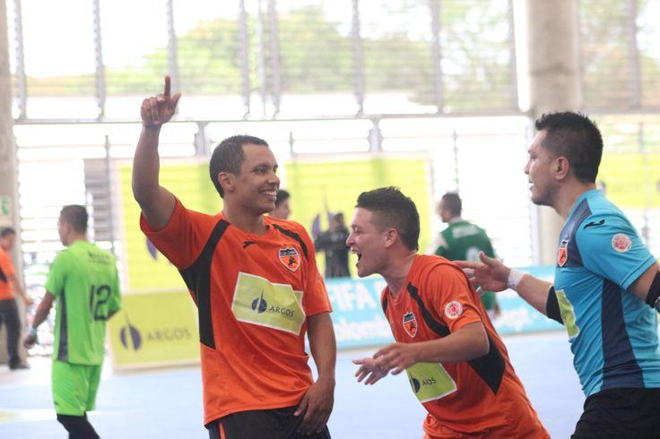 Yair Bermúdez celebra uno de sus dos tantos.