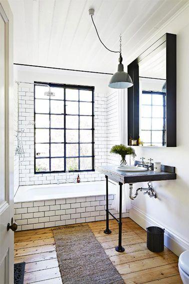 Ambiance rétro pour la déco d'une salle de bain blanc et noir.